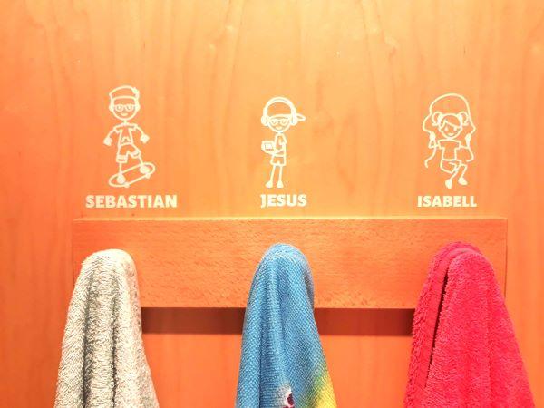 Stickers som visar var och ens handduk