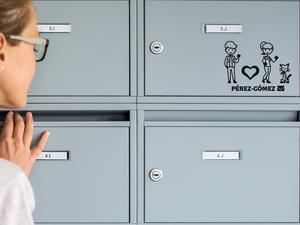 Mujer joven y linda inspeccionando su buzón para ver si hay nuevas cartas