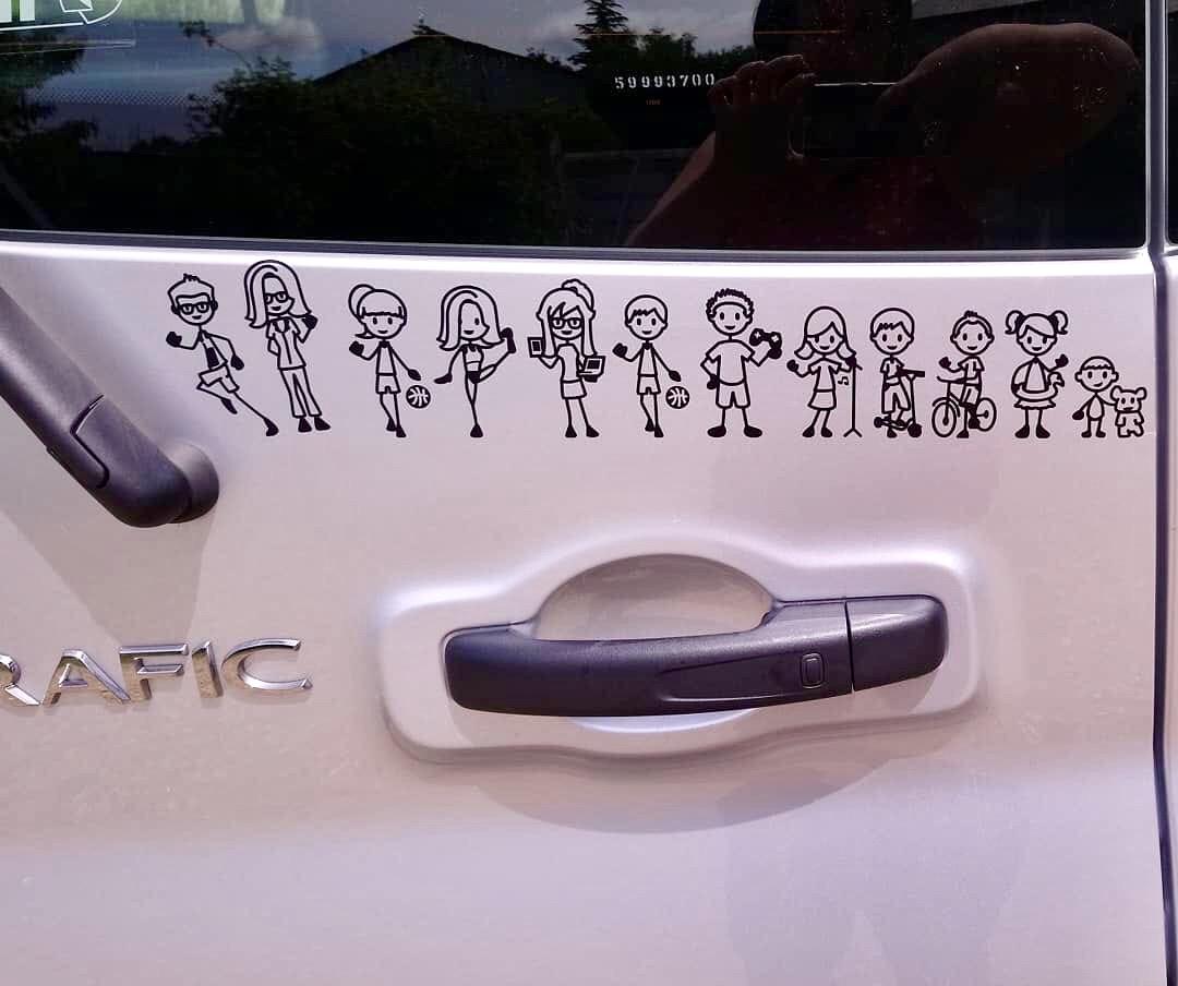 Pegatina personalizada de una familia completa pegada en el coche