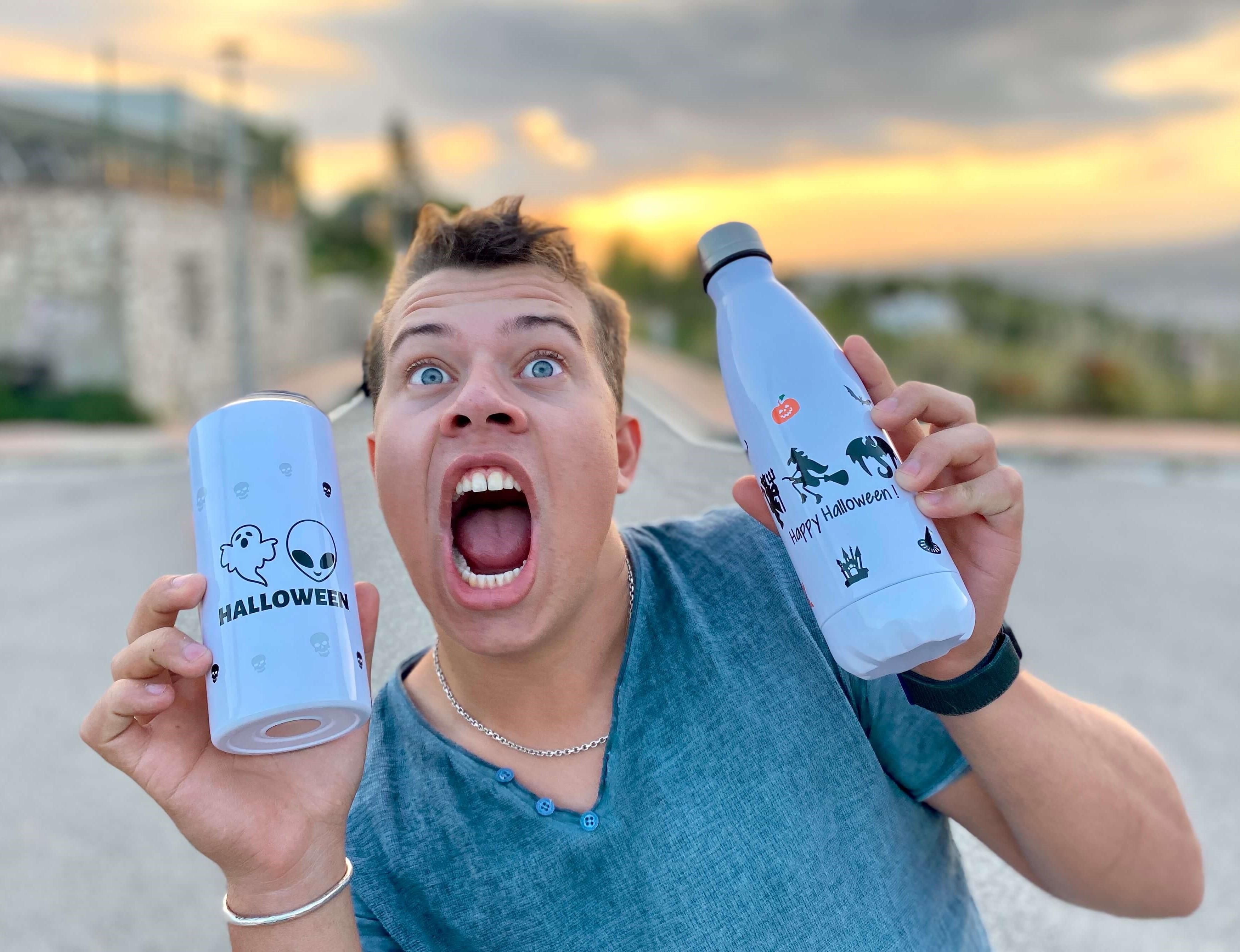 chico con botella y termo persoanlizado de originalpeople